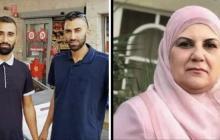 الشابين أبو حسين على يسار الصورة، ووالدتهما يمين الصورة