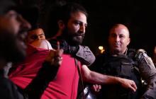 جنود الاحتلال يعتقلون مقدسيا من حي الشيخ جراح (أرشيف)