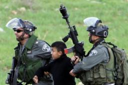 جنود الاحتلال الإسرائيلي يعتقلون طفلاً فلسطينياً   (أرشيف)