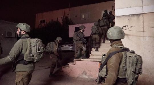 جنود الاحتلال الإسرائيلي يداهمون منزلاً فلسطينياً بالضفة الغربية   (أرشيف)